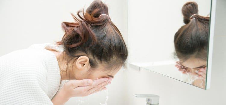 Γιατί ο καθαρισμός είναι το πιο σημαντικό βήμα αν έχεις λιπαρό δέρμα;