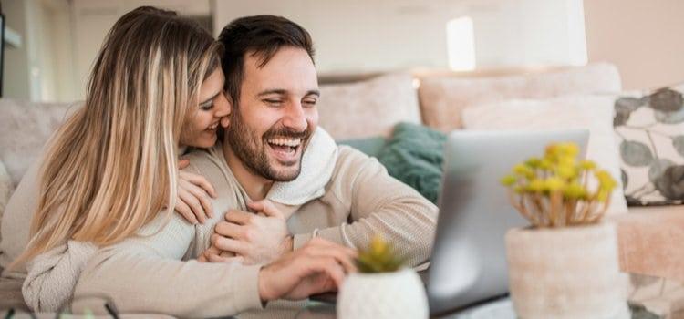 Ζευγάρι σε καραντίνα: Πως να φροντίσεις τη σχέση σου