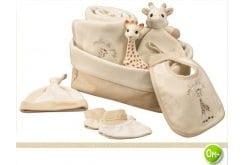 Sophie la Girafe My Fisrt Hours Gift Box 220104 με τη Σόφι την καμηλοπάρδαλη, 1 τεμάχιο, σκουφάκι, 1 τεμάχιο, παντοφλίτσες, 1 ζευγάρι, μεγάλη κουβέρτα, 1 τεμάχιο, μικρό κουβερτάκι παρηγοριάς, 1 τεμάχιο & μικρή σαλιαρίτσα, 1 τεμάχιο σε καλάθι αποθήκευσης